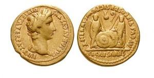 Strieborný denár z 2 stor. pr. n. l. s vyobrazením hlavy laureáta na jednej strane mince. Na druhej strane: Lucius Ceasar a Caius stojace čelne sa štítom a kopijou.