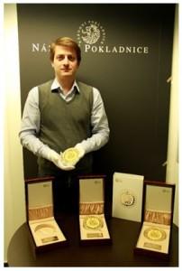 Riaditeľ Národnej Pokladnice Luboš Krčil s mincami