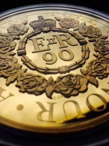 Pamätná minca k 90. narodeninám Alžbety II.